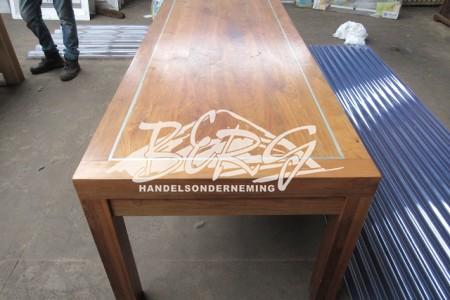 Hardhouten tafel gelakt