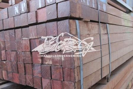 Hardhouten balken en palen uit voorraad leverbaar